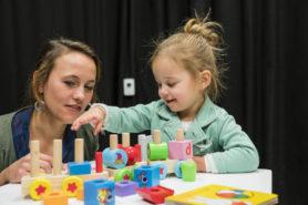 moeder met dochter bij ouder-kind interactie