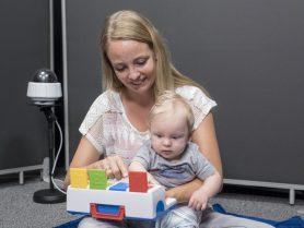 moeder met kind tijdens ouder-kind interactie onderzoek