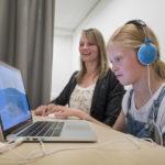 Een meisje voert een computertaak uit