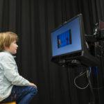 Kind kijkt naar een scherm tijdens een eye-tracking taak
