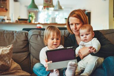 Moeder met kinderen achter de tablet